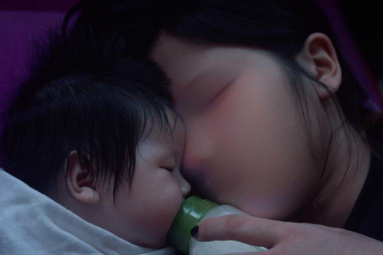 Hvad får en mor til at give sit barn væk? Det store spørgsmål stiller Sun Hee Engelstof i sin debutfilm om tre koreanske kvinder, der er blevet gravide uden for ægteskab.
