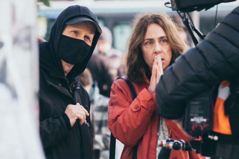 Behind the scenes på ROSE, instruktør Niels Arden Oplev og Sofie Gråbøl. Foto: Roger Do Minh
