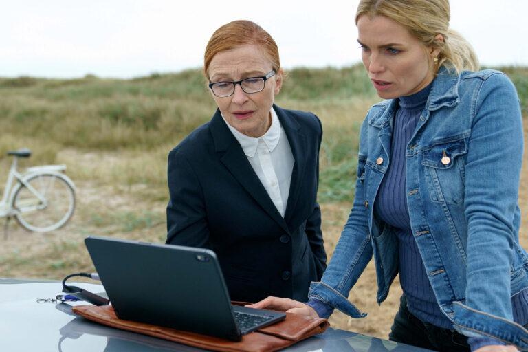 Ellen (Bodil Jørgensen) og Helene (Marie Bach Hansen) i HVIDE SANDE. Foto: Martin Dam Kristensen/TV 2.