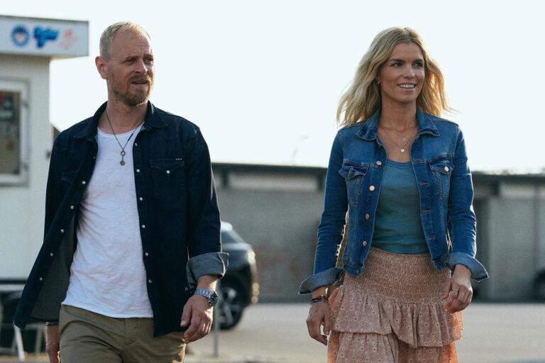 Thomas (Carsten Bjørnlund) og Helene (Marie Bach Hansen) i krimiserien HVIDE SANDE. Foto: Henrik Ohsten/TV 2.